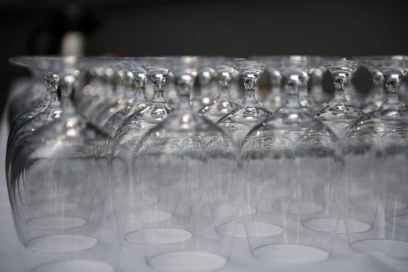 Σειρές των κενών γυαλιών στο εστιατόριο στοκ φωτογραφία