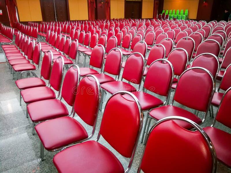 Σειρές των κόκκινων καθισμάτων, τα οποία είναι στην αίθουσα συνεδριάσεων στοκ φωτογραφίες