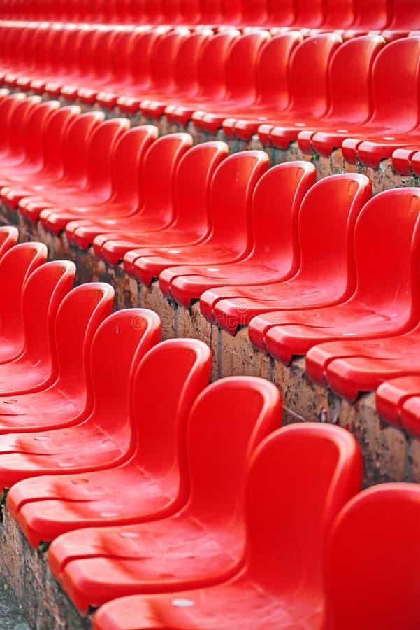 Σειρές των κόκκινων κενών καθισμάτων σταδίων στοκ εικόνες με δικαίωμα ελεύθερης χρήσης