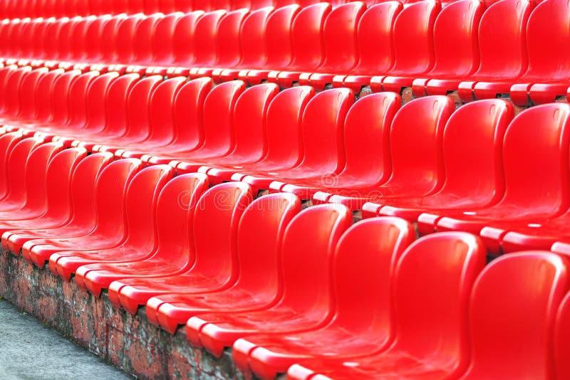 Σειρές των κόκκινων κενών καθισμάτων σταδίων στοκ εικόνα