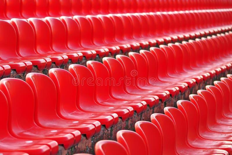 Σειρές των κόκκινων κενών καθισμάτων σταδίων στοκ φωτογραφίες
