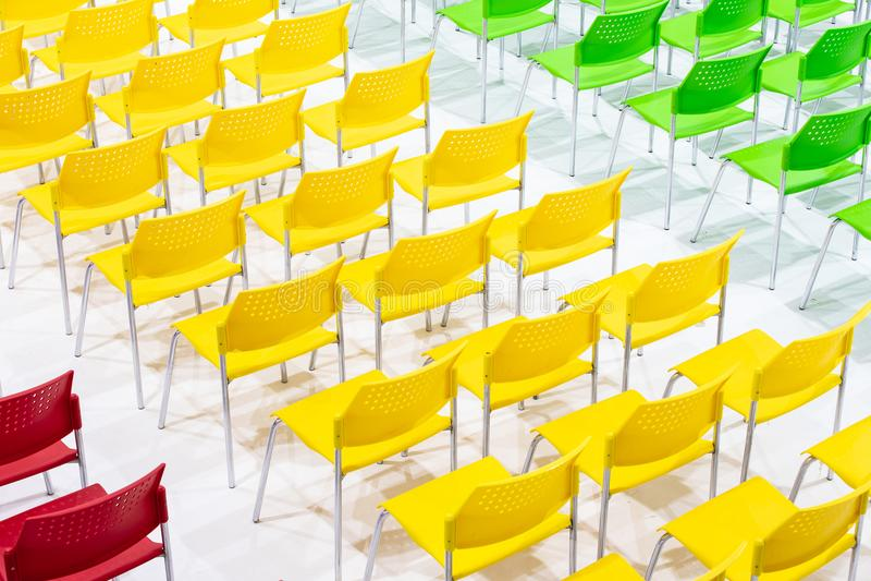 Σειρές των φωτεινών καρεκλών χρώματος που τακτοποιούνται στην αίθουσα συνεδριάσεων έτοιμη στο Si στοκ φωτογραφίες με δικαίωμα ελεύθερης χρήσης