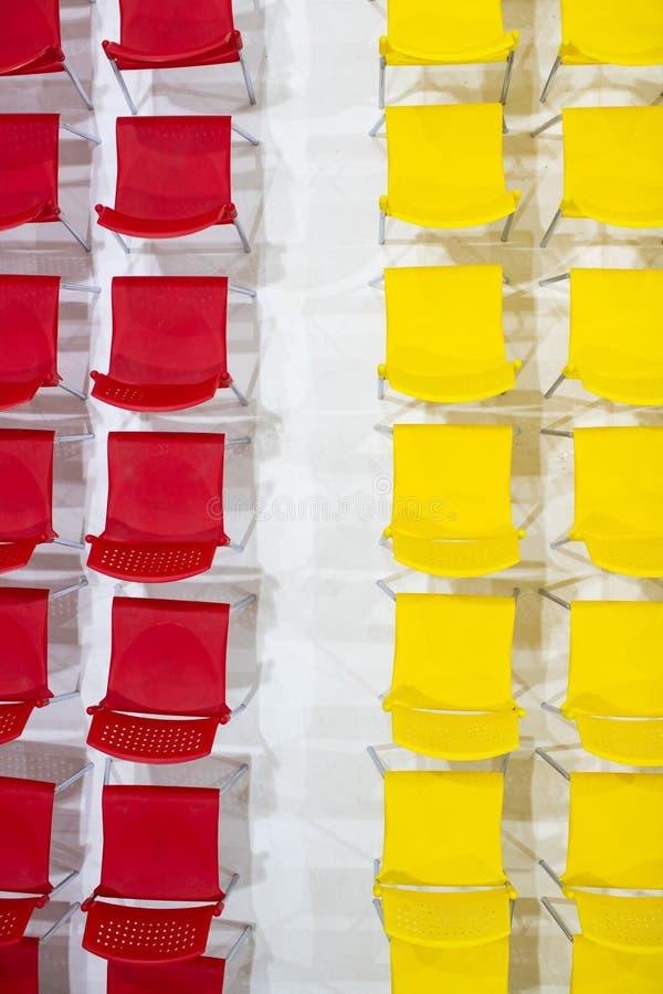 Σειρές των φωτεινών καρεκλών χρώματος που τακτοποιούνται στην αίθουσα συνεδριάσεων έτοιμη στο Si στοκ φωτογραφία με δικαίωμα ελεύθερης χρήσης