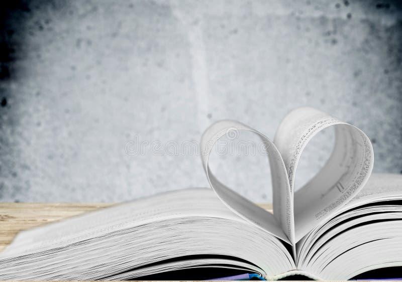 Σελίδα βιβλίων στη μορφή καρδιών στο υπόβαθρο στοκ φωτογραφία με δικαίωμα ελεύθερης χρήσης