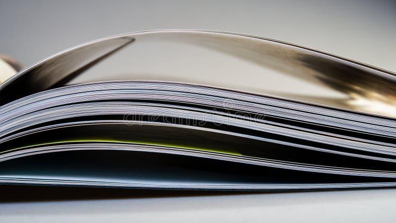 Σελίδες ενός ανοικτού βιβλίου που βρίσκεται στον πίνακα στοκ εικόνα