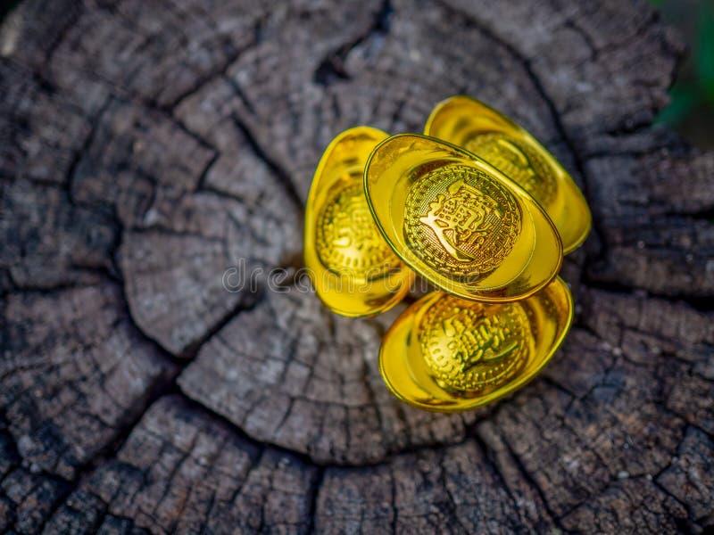 Σεληνιακή κινεζική νέα διακόσμηση θέματος εορτασμών έτους παραδοσιακή Κινεζικός αρχαίος χρυσός στο ξύλινο υπόβαθρο Κινεζικά μέσα  στοκ φωτογραφίες