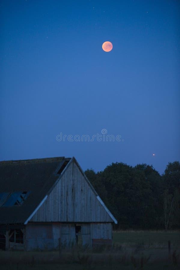 σεληνιακό φεγγάρι έκλειψης πέρα από τη θάλασσα στοκ εικόνα