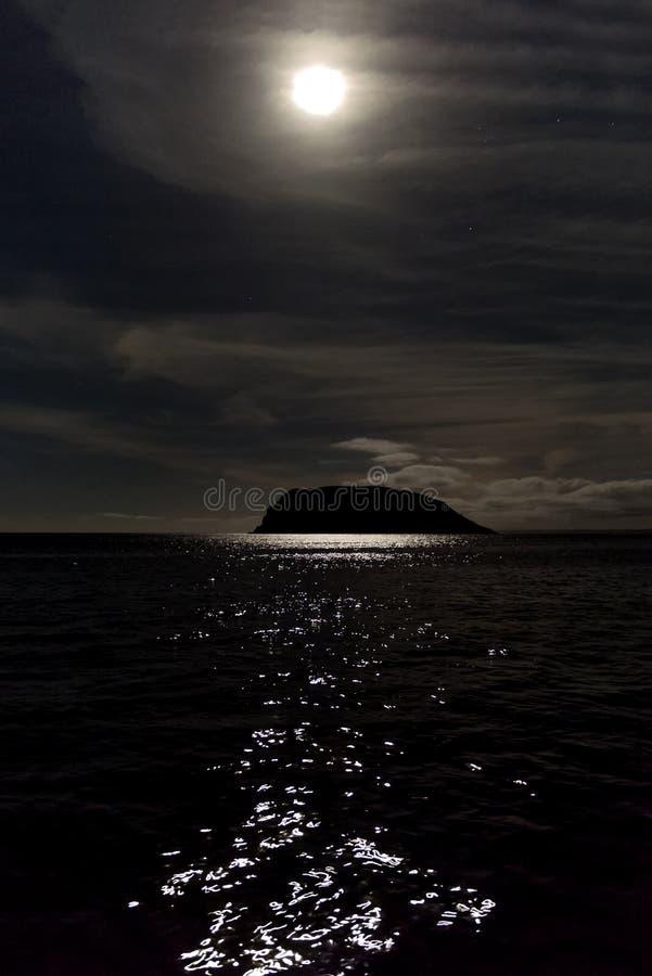 Σεληνόφωτο πέρα από τον ωκεανό στοκ φωτογραφία