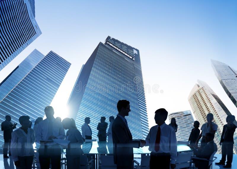 Σεμινάριο διασκέψεων συνεδρίασης των επιχειρηματιών που μοιράζεται τη στρατηγική συμπυκνωμένη στοκ φωτογραφία