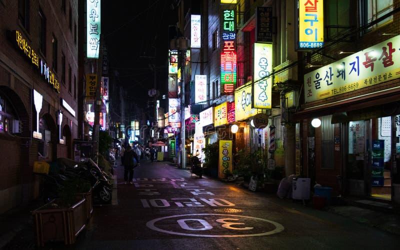 Σενάριο οδών με τα κτήρια και για τους πεζούς ζώνη κατά τη διάρκεια της νύχτας της περιοχής Busanjin, Busan, Νότια Κορέα r στοκ φωτογραφίες με δικαίωμα ελεύθερης χρήσης