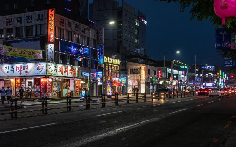 Σενάριο οδών με τα κτήρια και την κυκλοφορία κατά τη διάρκεια της νύχτας της περιοχής Nam, Busan, Νότια Κορέα r στοκ εικόνες