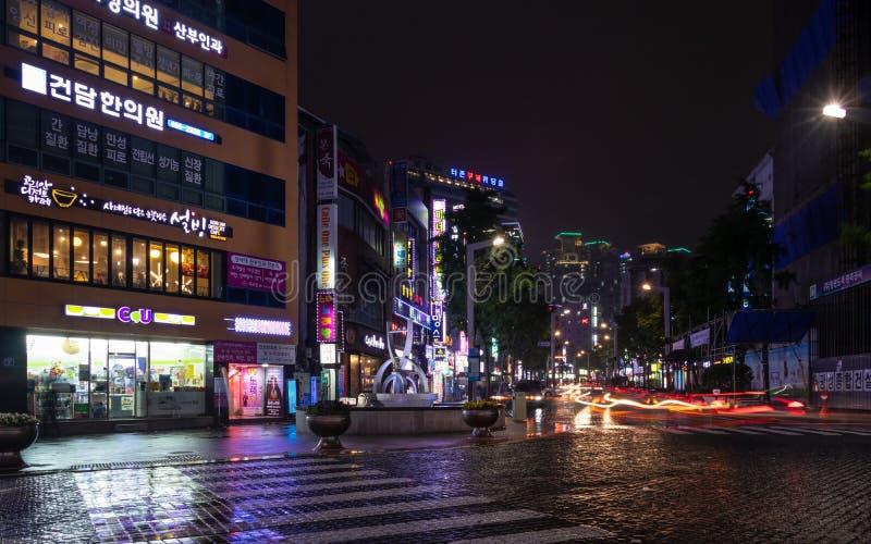 Σενάριο οδών με τα κτήρια, το κεντρικούς τετράγωνο και τους φωτεινούς σηματοδότες κατά τη διάρκεια της νύχτας της περιοχής Busanj στοκ εικόνες