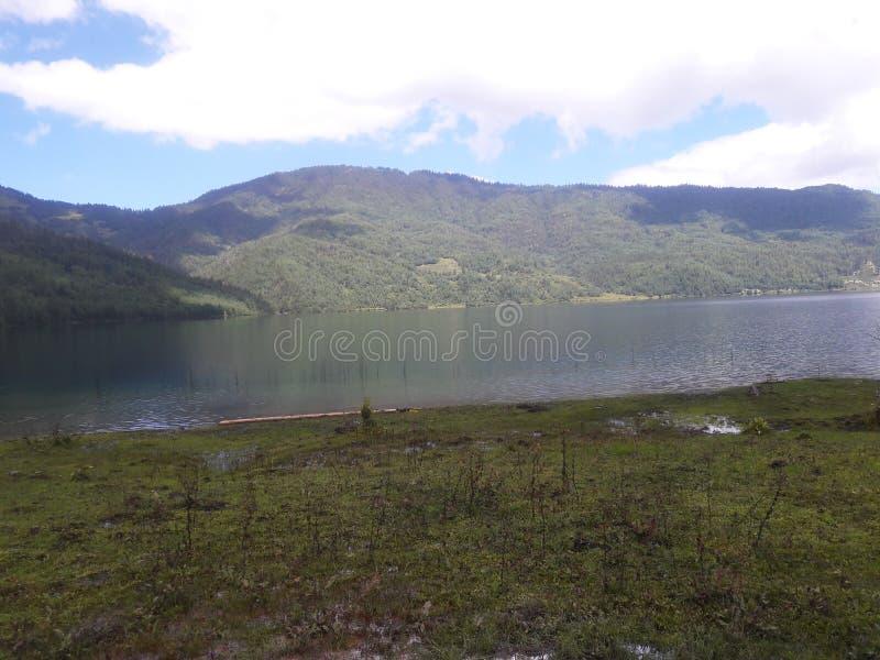 Σενάριο της λίμνης Rara στοκ φωτογραφία με δικαίωμα ελεύθερης χρήσης