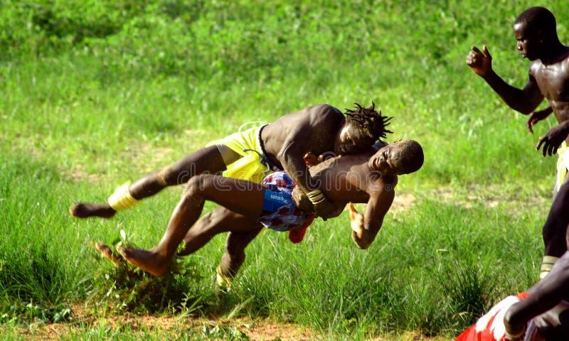 ΣΕΝΕΓΑΛΗ - 19 ΣΕΠΤΕΜΒΡΊΟΥ: Άτομα που παλεύουν στην παραδοσιακή προσπάθεια στοκ φωτογραφία με δικαίωμα ελεύθερης χρήσης