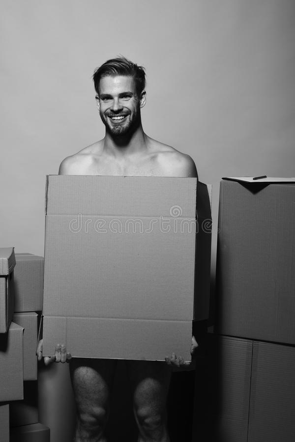 Σεξουαλικότητα και κινούμενη έννοια Ο φαλλοκράτης με το πρόσωπο χαμόγελου καλύπτει τη γυμνότητα άτομο γενειάδων στοκ εικόνες