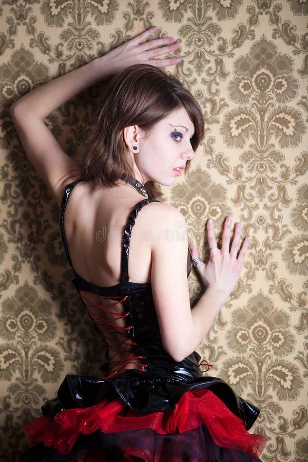 Σεξουαλικό κορίτσι ξανθό στα γοτθικά ενδύματα στοκ εικόνες