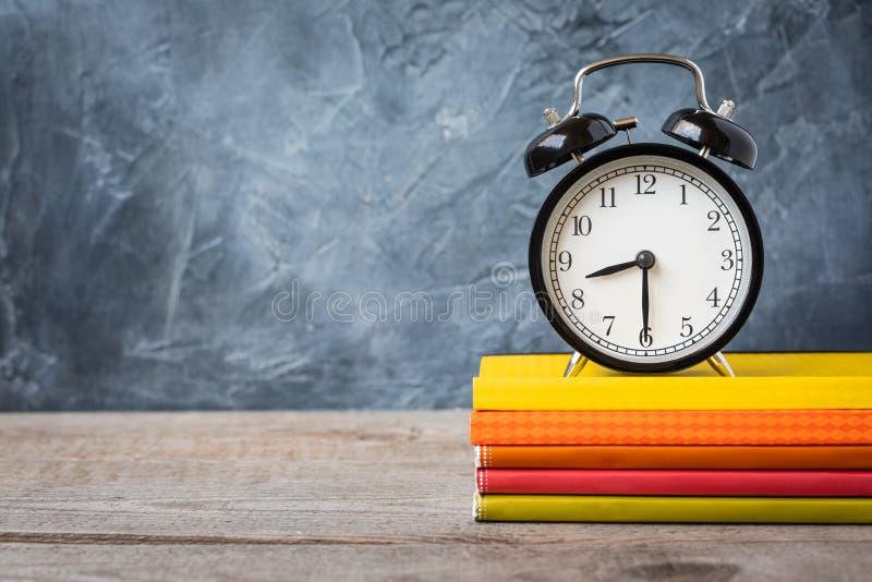 1 Σεπτεμβρίου κάρτα έννοιας, ημέρα δασκάλων `, πίσω στο σχολείο ή το κολλέγιο, προμήθειες, ξυπνητήρι στοκ φωτογραφία