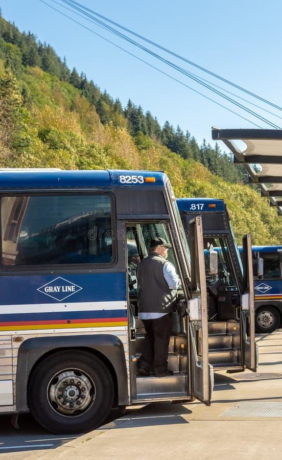 14 Σεπτεμβρίου 2018 - Juneau, Αλάσκα: Οδηγός λεωφορείου γύρου που περιμένει τους επιβάτες στοκ φωτογραφία με δικαίωμα ελεύθερης χρήσης