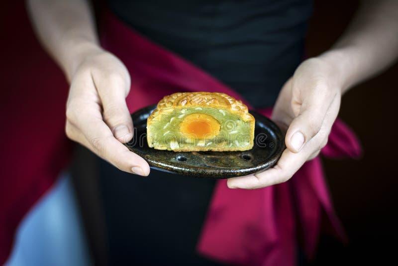 Σερβιτορών εξυπηρετώντας ζύμη mooncake παραδοσιακού κινέζικου εορταστική des στοκ φωτογραφίες με δικαίωμα ελεύθερης χρήσης