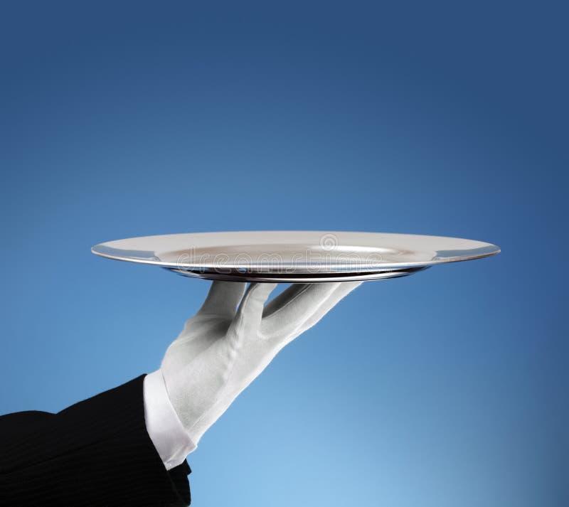 Σερβιτόρος με τον κενό ασημένιο δίσκο στοκ εικόνες