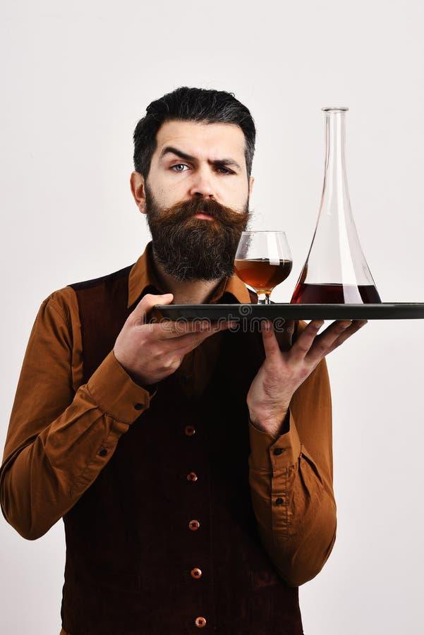 Σερβιτόρος με το γυαλί και το μπουκάλι του ουίσκυ στο δίσκο στοκ φωτογραφία