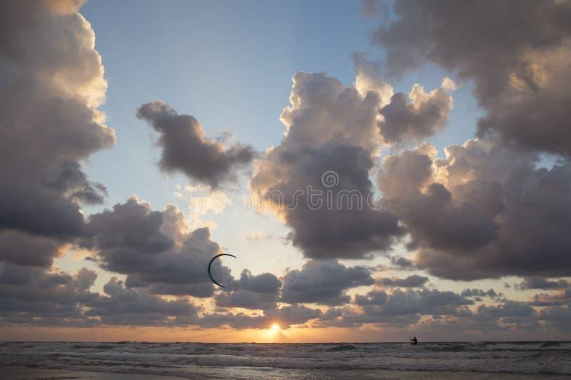 Σερφ ικτίνων Ηλιοβασίλεμα εν πλω στοκ φωτογραφία με δικαίωμα ελεύθερης χρήσης