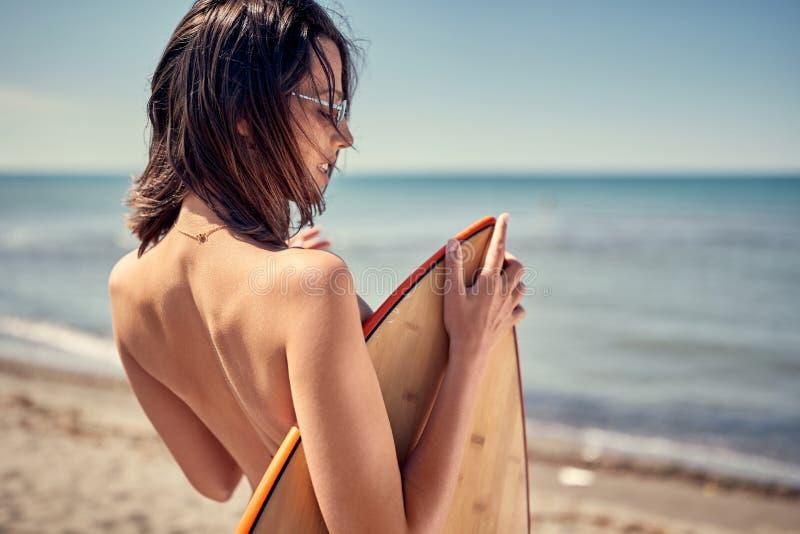 σερφ προκλητική γυναίκα στην παραλία έτοιμη για το ακραίο spor σερφ στοκ φωτογραφία με δικαίωμα ελεύθερης χρήσης