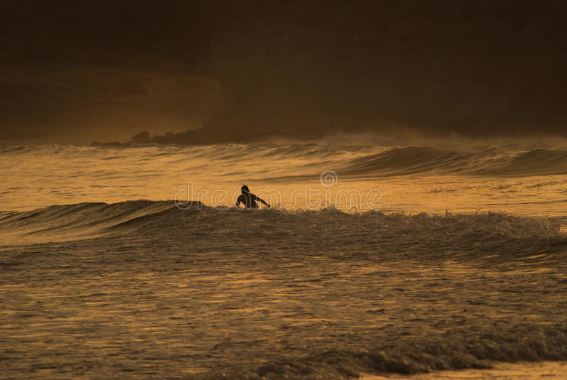 Σερφ στο ηλιοβασίλεμα στοκ φωτογραφία