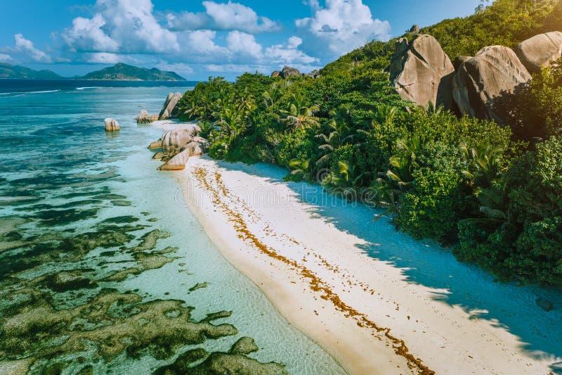 Σεϋχέλλες, Λα Ντιγκ Αεροφωτογραφία του όμορφου παραδείσου τροπική παραλία Anse Πηγή D Argent σε πρωϊνό απαλό φως στοκ εικόνες