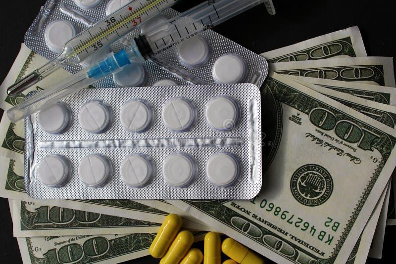 Σε ένα μαύρο υπόβαθρο τα χρήματα και τα φάρμακα βρίσκονται στοκ φωτογραφίες με δικαίωμα ελεύθερης χρήσης