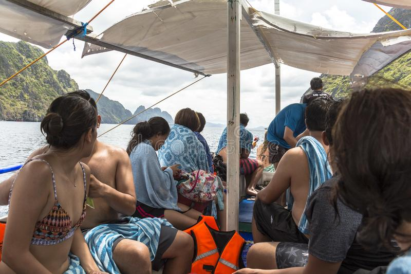 Σε ένα ταξίδι βαρκών στη φιλιππινέζικη θάλασσα στοκ φωτογραφίες με δικαίωμα ελεύθερης χρήσης