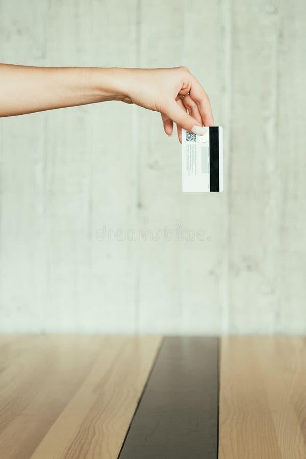 Σε απευθείας σύνδεση κάρτα γυναικών συναλλαγής χρημάτων πληρωμής στοκ εικόνα