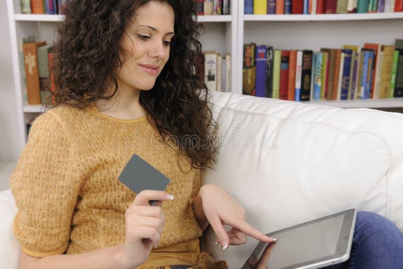 σε απευθείας σύνδεση ψωνίζοντας γυναίκα πιστωτικών δώρων καρτών στοκ φωτογραφίες με δικαίωμα ελεύθερης χρήσης