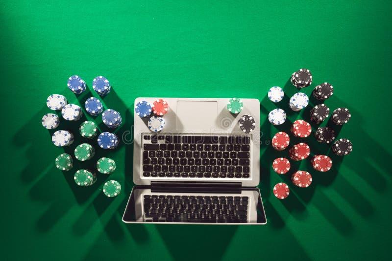 Σε απευθείας σύνδεση τυχερό παιχνίδι πόκερ και χαρτοπαικτικών λεσχών στοκ φωτογραφίες με δικαίωμα ελεύθερης χρήσης