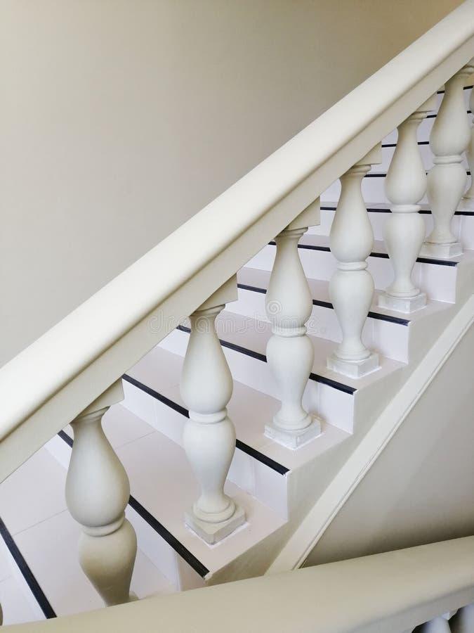 Σε μια κομψή σκάλα πετρών σπιτιών άσπρη στο πάτωμα σε ένα σπίτι στοκ φωτογραφία με δικαίωμα ελεύθερης χρήσης