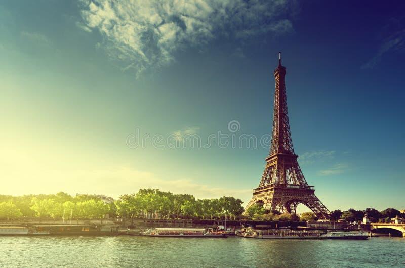 Σηκουάνας στο Παρίσι με τον πύργο του Άιφελ στο χρόνο ανατολής στοκ φωτογραφία