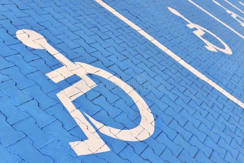Σημάδια θέσεων στάθμευσης για τα άτομα με ειδικές ανάγκες στοκ φωτογραφία με δικαίωμα ελεύθερης χρήσης