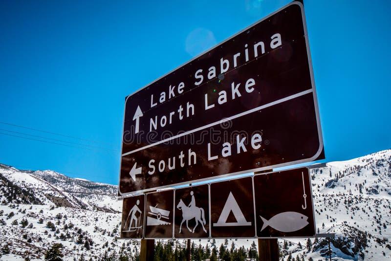 Σημάδια κατεύθυνσης στη λίμνη Sabrina στον επίσκοπο - ΕΠΙΣΚΟΠΟΣ, ΗΠΑ - 29 ΜΑ στοκ φωτογραφίες