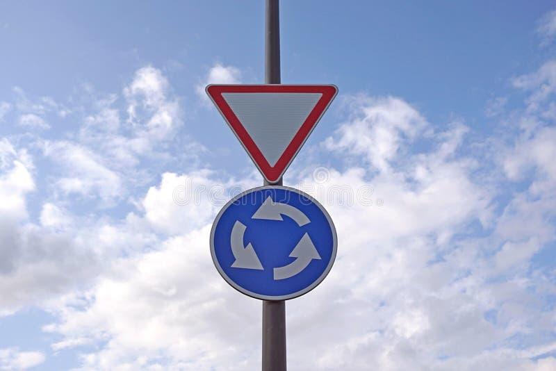 Σημάδια κυκλοφορίας στο υπόβαθρο μπλε ουρανού Το κυκλικό οδικό σημάδι κινήσεων και δίνει τόπο σημάδι στοκ φωτογραφία με δικαίωμα ελεύθερης χρήσης