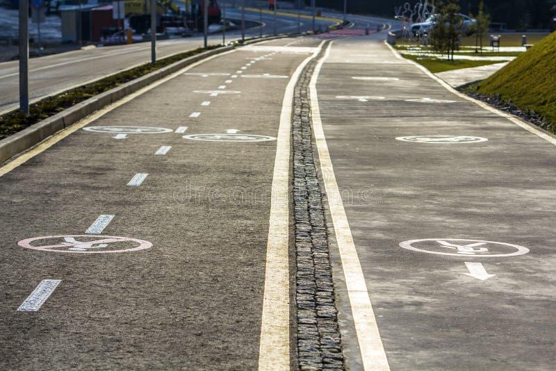 Σημάδια παρόδων τρόπων και ποδηλάτων περιπάτων στην οδική επιφάνεια ασφάλτου στοκ εικόνες