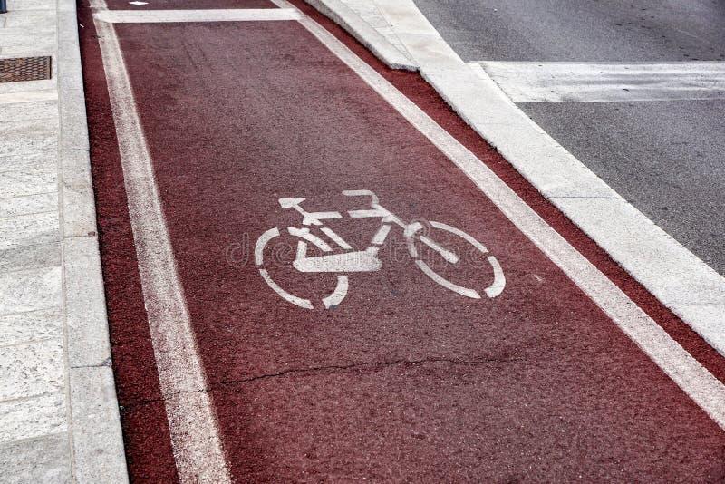 Σημάδια παρόδων τρόπων και ποδηλάτων περιπάτων στην οδική επιφάνεια ασφάλτου στοκ εικόνες με δικαίωμα ελεύθερης χρήσης