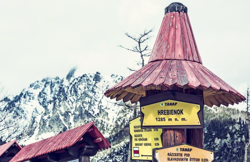 Σημάδια πεζοπορίας σε Hrebienok, υψηλά βουνά Tatras, μπλε φίλτρο στοκ εικόνα με δικαίωμα ελεύθερης χρήσης