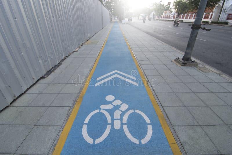 Σημάδια ποδηλάτων στον τρόπο ποδηλάτων στοκ εικόνα