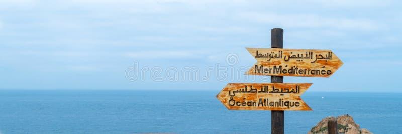 Σημάδια που δείχνουν τη θέση όπου ο Ατλαντικός Ωκεανός ενώνει τη Μεσόγειο κοντά στο Tangier Μαρόκο στοκ φωτογραφίες