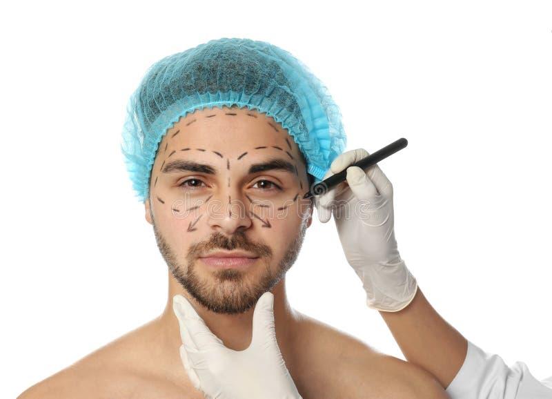 Σημάδια σχεδίων γιατρών στο ανθρώπινο πρόσωπο για τη λειτουργία αισθητικής χειρουργικής στοκ φωτογραφία με δικαίωμα ελεύθερης χρήσης