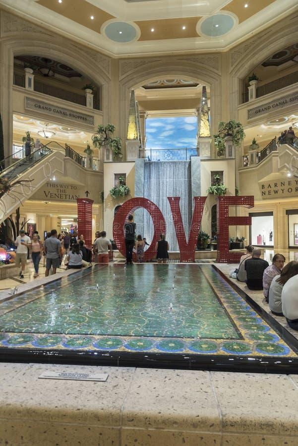 Σημάδι αγάπης και χαρακτηριστικό γνώρισμα νερού στο Palazzo Λας Βέγκας στοκ εικόνες