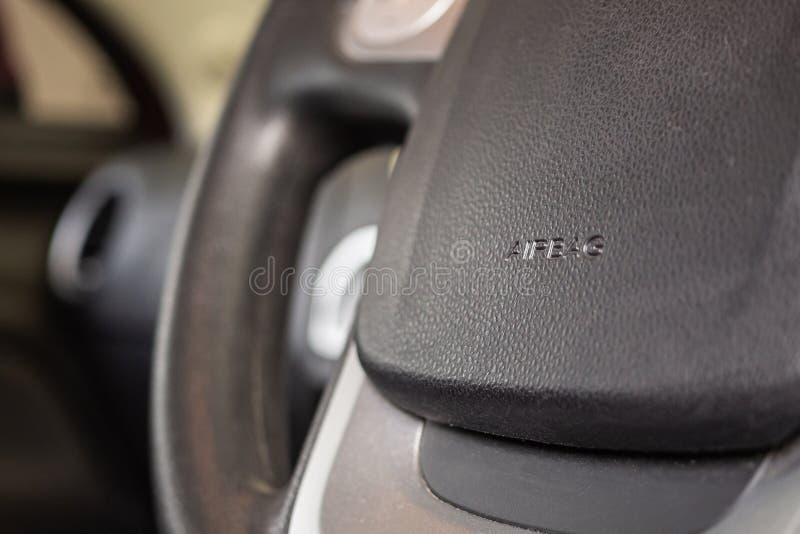Σημάδι αερόσακων ασφάλειας στο τιμόνι αυτοκινήτων στοκ εικόνα