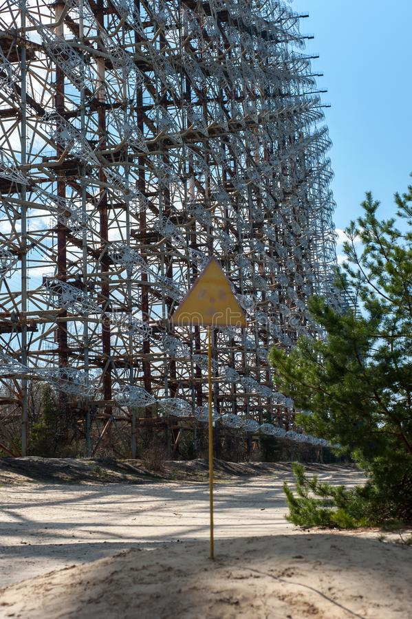Σημάδι ακτινοβολίας κοντά στο ραδιο κέντρο Duga τηλεπικοινωνιών σε Pripyat, Τσέρνομπιλ στοκ φωτογραφία
