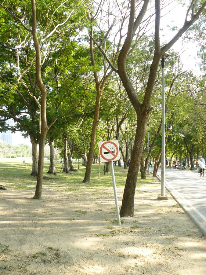 Σημάδι απαγόρευσης του καπνίσματος στο δημόσιο πάρκο στοκ φωτογραφίες