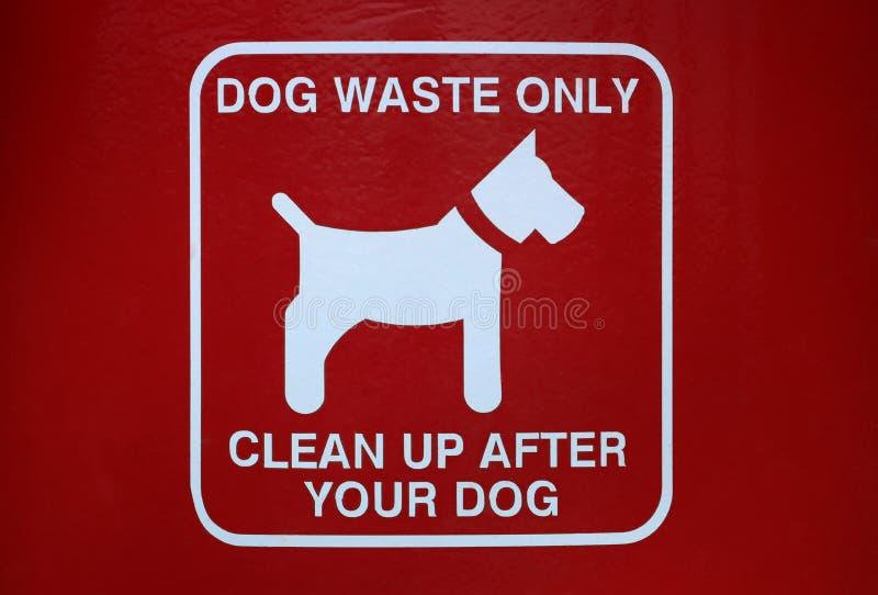 Σημάδι αποβλήτων σκυλιών σε ένα πάρκο πόλεων στοκ φωτογραφία με δικαίωμα ελεύθερης χρήσης